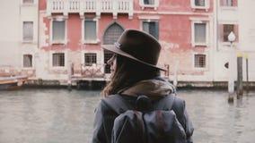 享受沿威尼斯运河的愉快的平安的年轻女人游人后面看法射击大气长平底船旅行在意大利 影视素材