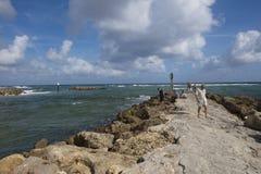 享受沿防波堤的步行在南入口停放博察Raton 库存图片