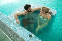 享受泡末浴的夫妇 库存图片