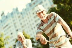 享受活跃生活方式的好高兴人 免版税图库摄影