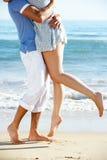 享受浪漫海滩节假日的夫妇 免版税库存照片