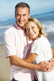 享受浪漫海滩节假日的高级夫妇 免版税库存照片