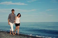 享受浪漫海滩假日的夫妇 免版税图库摄影