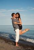 享受浪漫海滩假日的夫妇 免版税库存照片
