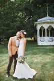 享受浪漫片刻的年轻婚礼夫妇外面 免版税库存图片