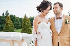 享受浪漫片刻的年轻婚礼夫妇外面 库存照片