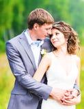 享受浪漫片刻的年轻婚礼夫妇 库存图片