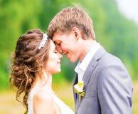 享受浪漫片刻的年轻婚礼夫妇 免版税库存照片