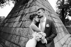 享受浪漫片刻的年轻婚礼夫妇 免版税库存图片
