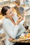 享受浪漫膳食的嬉戏的夫妇 免版税图库摄影