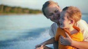 享受海上旅行的母亲和儿子乘小船 股票录像