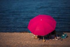享受海滩假期的夫妇 免版税库存照片