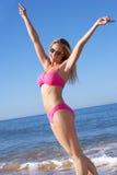 享受海滩节假日的妇女 免版税库存照片