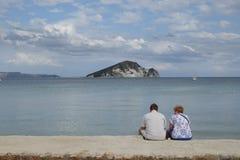 享受海视图的人们 免版税库存照片