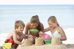 享受海滩假日的小组孩子 库存图片