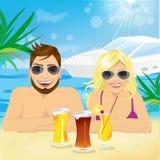 享受海滩假日的年轻愉快的夫妇 免版税库存照片