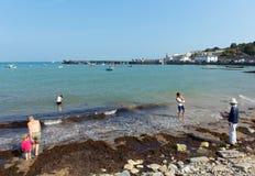 享受海滩和海阳光和温暖的天气Swanage多西特英国的家庭 免版税库存照片