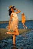 享受海滩放松的妇女快乐在夏天由海洋海岸 免版税库存图片