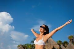 享受热带手段加勒比假期的妇女 库存照片