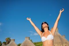 享受热带手段加勒比假期的妇女 免版税图库摄影