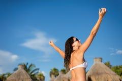 享受热带手段加勒比假期的妇女 库存图片