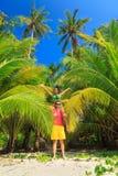 享受热带沙滩的激动人心的景色的一对爱恋的夫妇 免版税库存照片