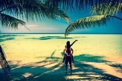 享受热带沙滩的激动人心的景色的一对爱恋的夫妇 库存照片