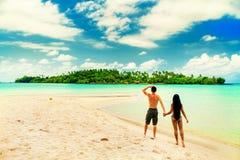 享受热带沙滩的激动人心的景色的一对爱恋的夫妇 免版税库存图片