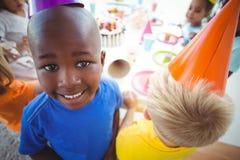 享受生日聚会的激动的孩子 免版税库存照片