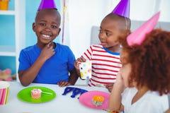 享受生日聚会的激动的孩子 图库摄影