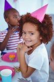 享受生日聚会的激动的孩子 免版税库存图片