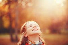 享受生活和自由在秋天的愉快的女孩在自然 免版税库存照片
