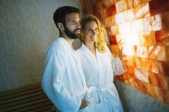 享受盐温泉治疗的夫妇 免版税库存图片