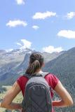 享受看法的女性远足者 图库摄影