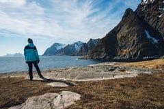 享受看法的妇女在Aa海岛上的罗弗敦群岛  免版税库存图片