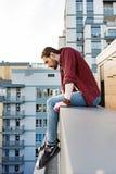 享受看法的平静的人从大厦的顶端 免版税库存图片