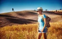 享受看法的旅游女孩 免版税图库摄影