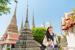 享受看法的曼谷市亚裔中国妇女 免版税库存照片