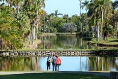 享受看法的游人在费尔柴尔德热带庭院 库存图片