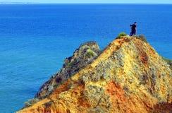 享受看法的游人从道路的顶端对壮观的岩石f 免版税库存图片