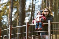 年轻享受看法的父亲和他的女儿 免版税库存照片