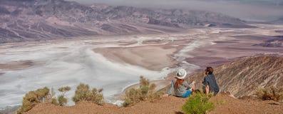 享受看法Badwater的沙漠风景游人人在死亡谷,美国 库存图片