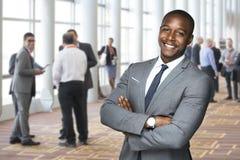 享受社交活动的一名非裔美国人的队工作者的公司事件画象 库存照片