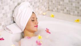 享受秀丽在浴缸的妇女温泉治疗 影视素材