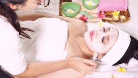 享受秀丽面具的妇女 股票视频