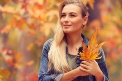 享受秋天假日的美丽的女孩 免版税库存图片