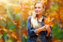 享受秋天假日的美丽的女孩 库存照片