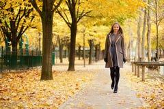 享受秋天天的女孩 免版税库存照片
