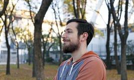 享受秋天季节的愉快的年轻人 库存照片