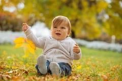 享受秋天时间的孩子 免版税库存图片